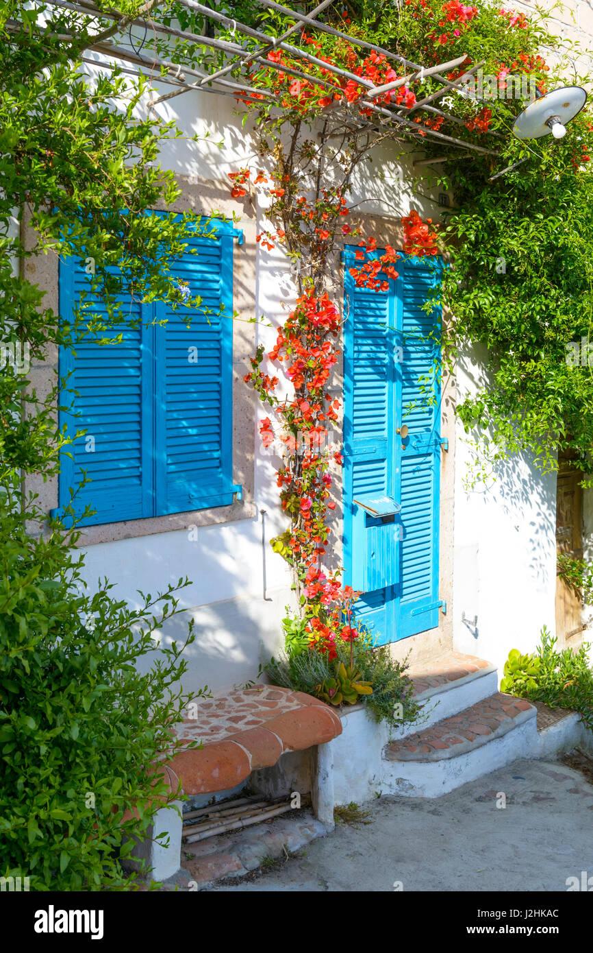 Faszinierend Mediterranes Haus Foto Von Typisches Mit Weißen Wänden Und Blauen Leuchten.