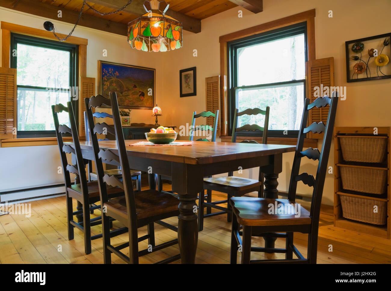 Esszimmer Mit Antiken Hölzernen Esstisch Und Stühle Mit Hoher Rückenlehne  In Einem Canadiana Landhausstil Home Log