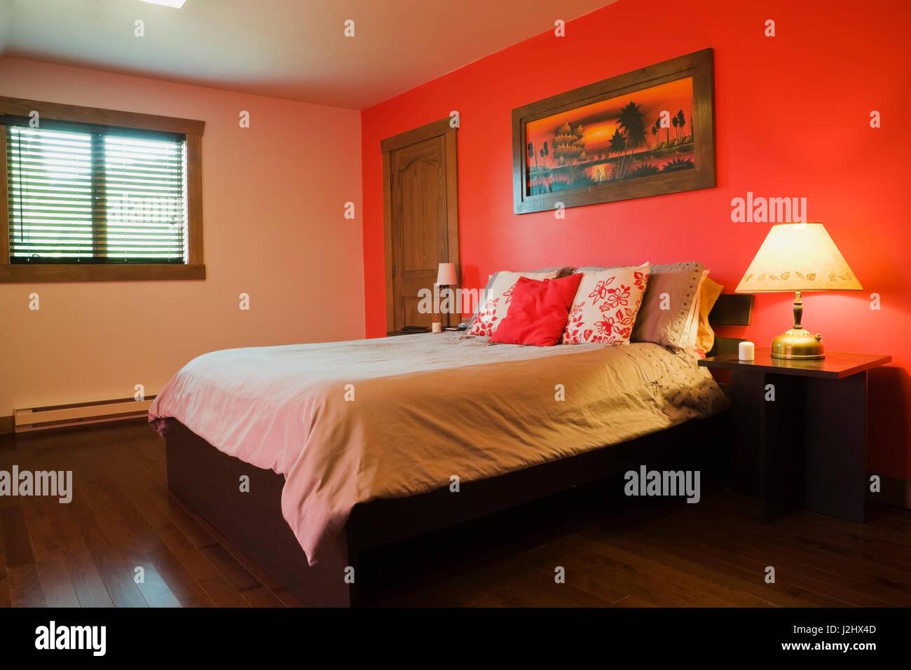 Queensize-bett auf Holzrahmen und Nachttische in hellen Rot lackiert ...