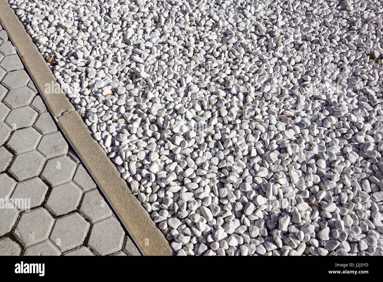 Bodengestaltung mit terrasse fliesen und ornamentalen kies verschiedener materialien f r den - Fliesen auf englisch ...