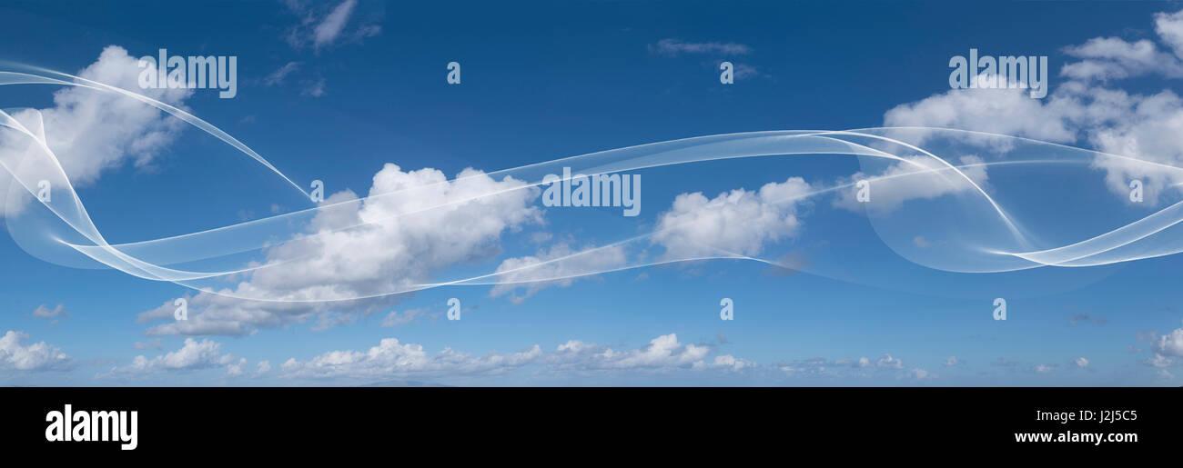 Wolkengebilde im blauen Himmel, Panorama. Stockbild