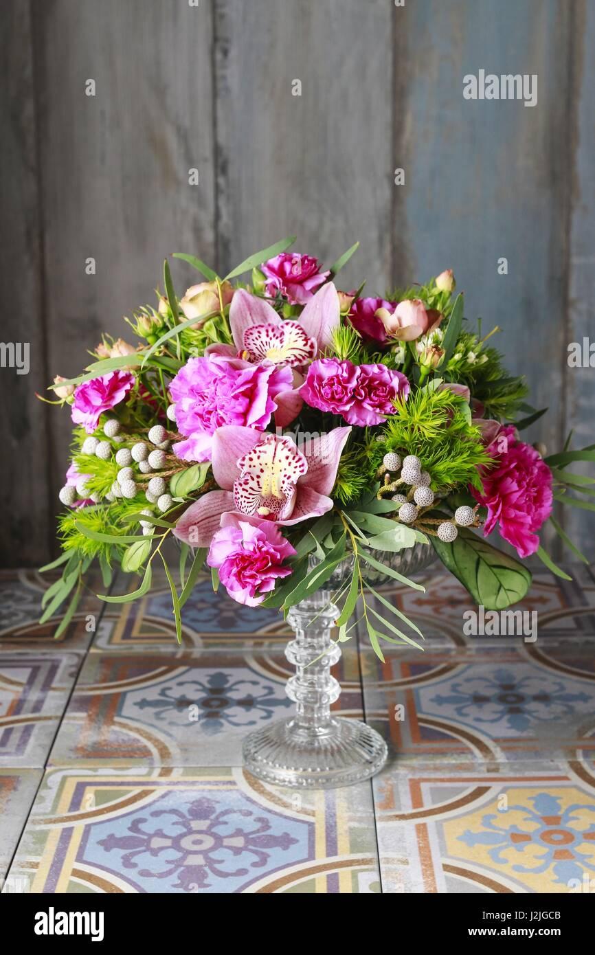 Blumenarrangement Mit Orchideen Nelken Und Brunia Blumen Party