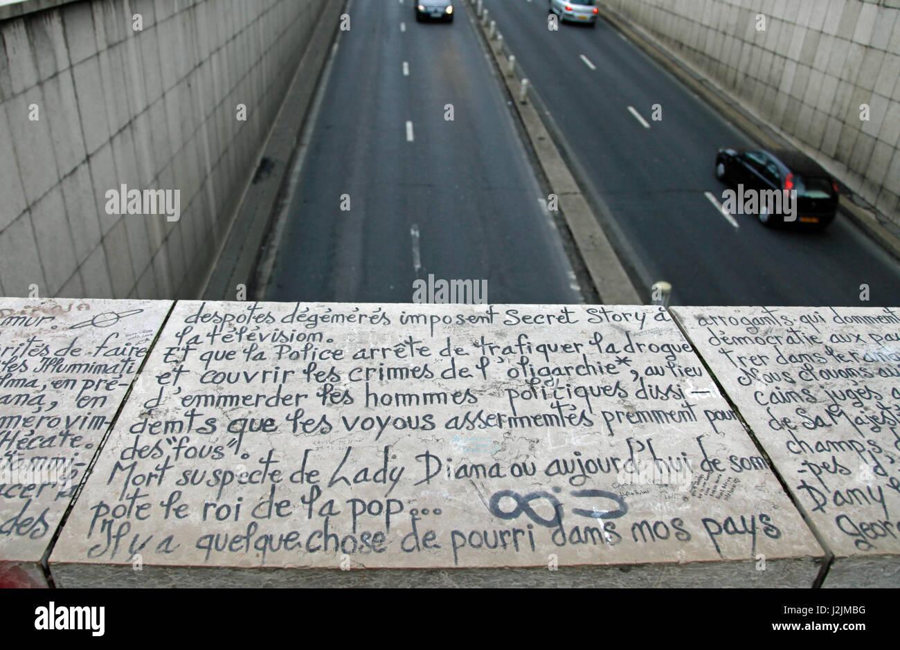 Schreiben, in französischer Sprache, auf der Brücke über der Unterführung wo Prinzessin Diana Stockbild