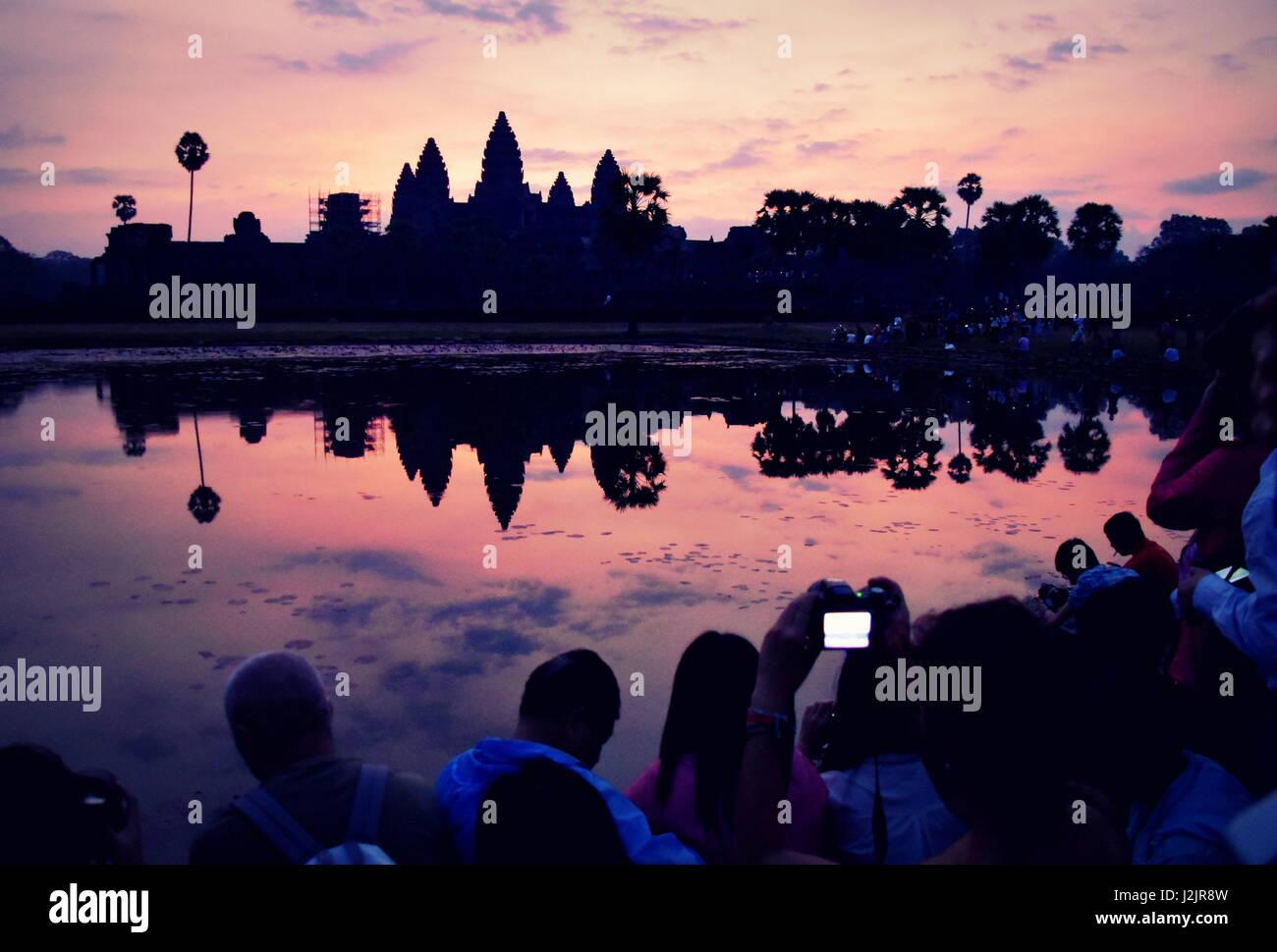 Schönen sonnenaufgang Farben über Angkor Wat antiken Tempelruinen, Kambodscha Stockbild