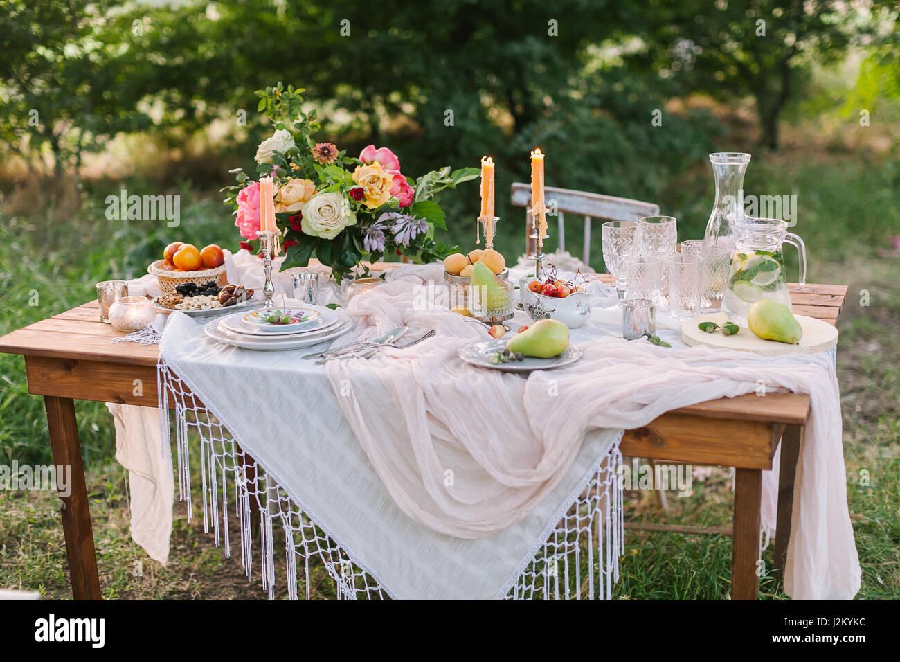 Picknick, Sommer, Urlaub Konzept - schön gedeckten Tisch am grünen ...