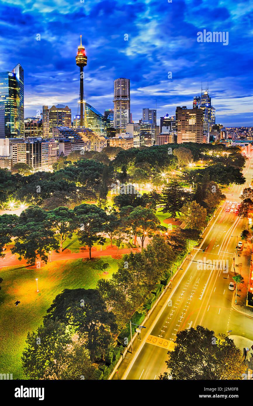 Sydney-Hyde Park und CBD Türme bei Sonnenuntergang von der erhöhten Position. Architektur und Street Stadtstraßen Stockbild
