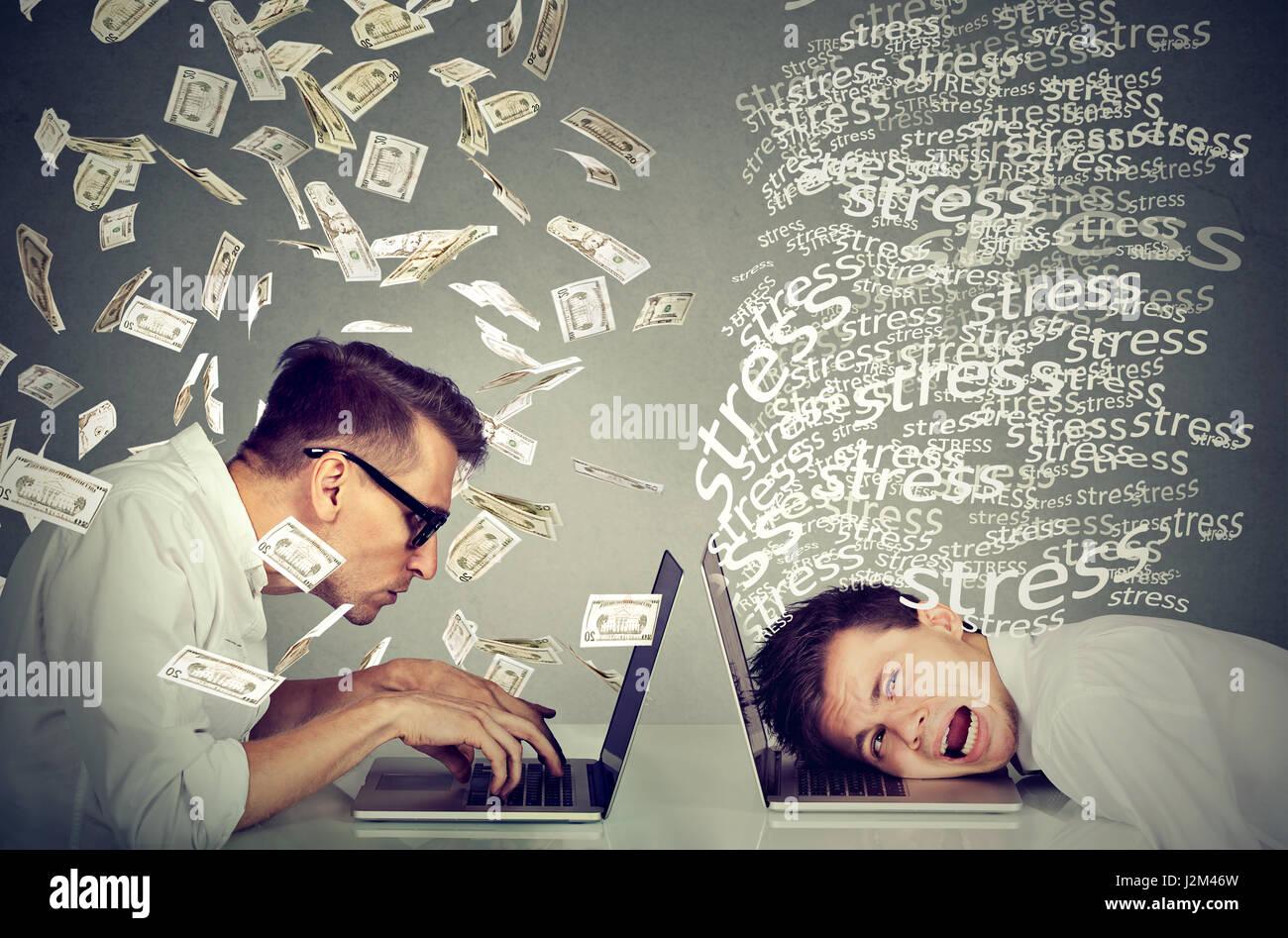 Mitarbeiter Einkommen Entschädigung Wirtschaft Konzept. Betonte verzweifelten Mann arbeiten am Laptop sitzt Stockbild