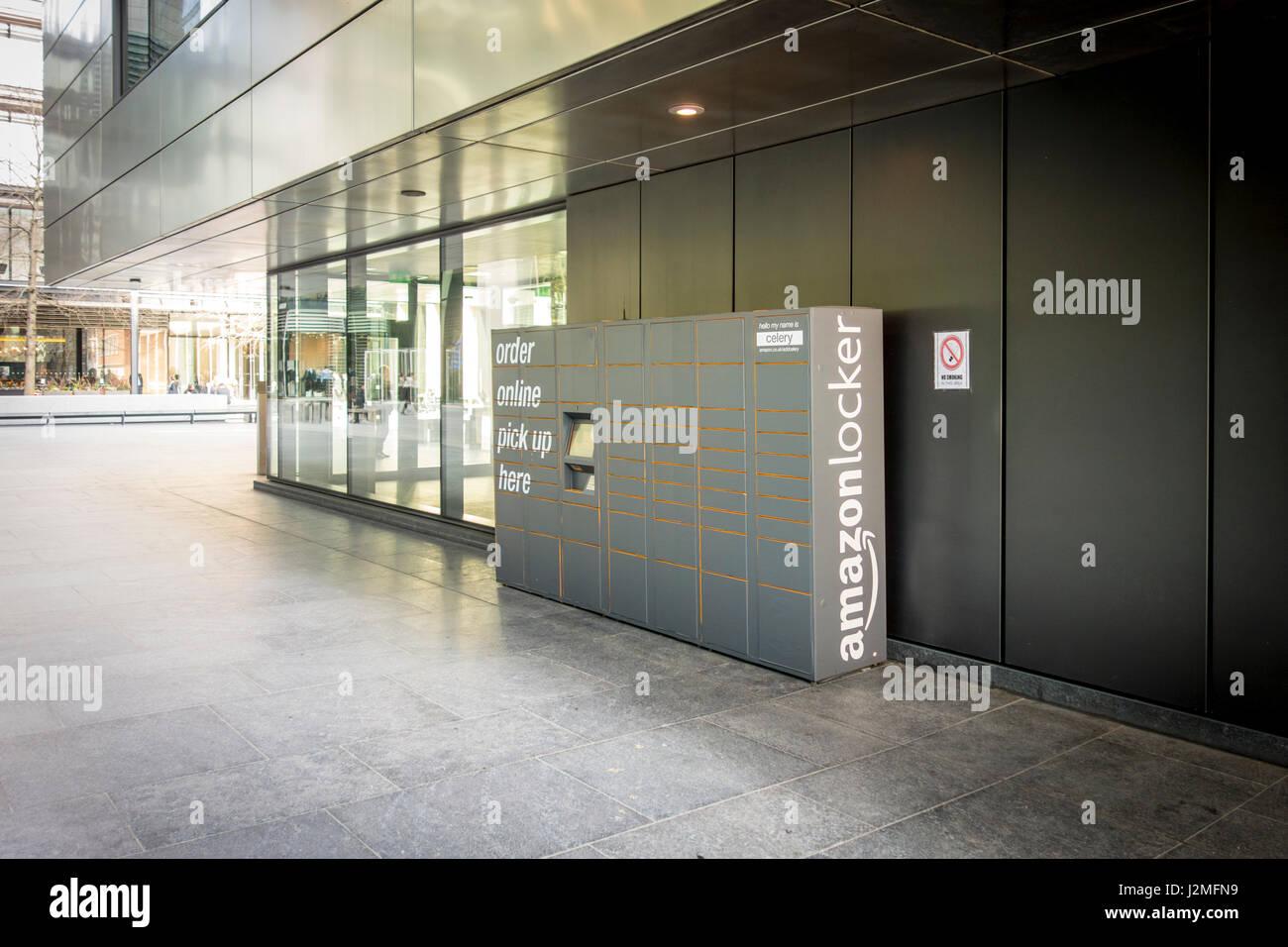 Amazon Locker in außen in der Nähe von Bürogebäuden in London man online bestellen und abholen Stockbild