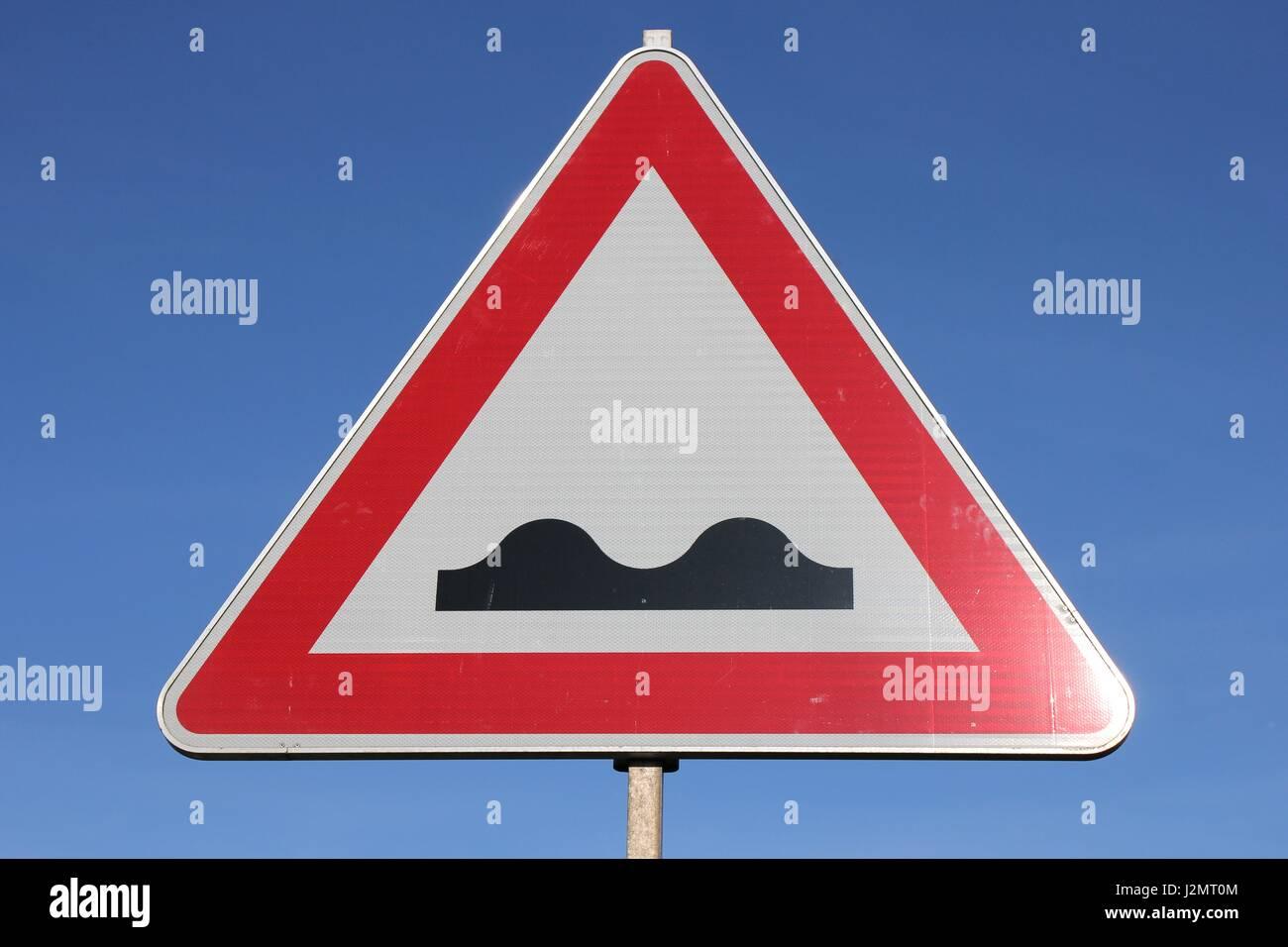 Deutsche Verkehrszeichen: steiniger Weg Stockbild
