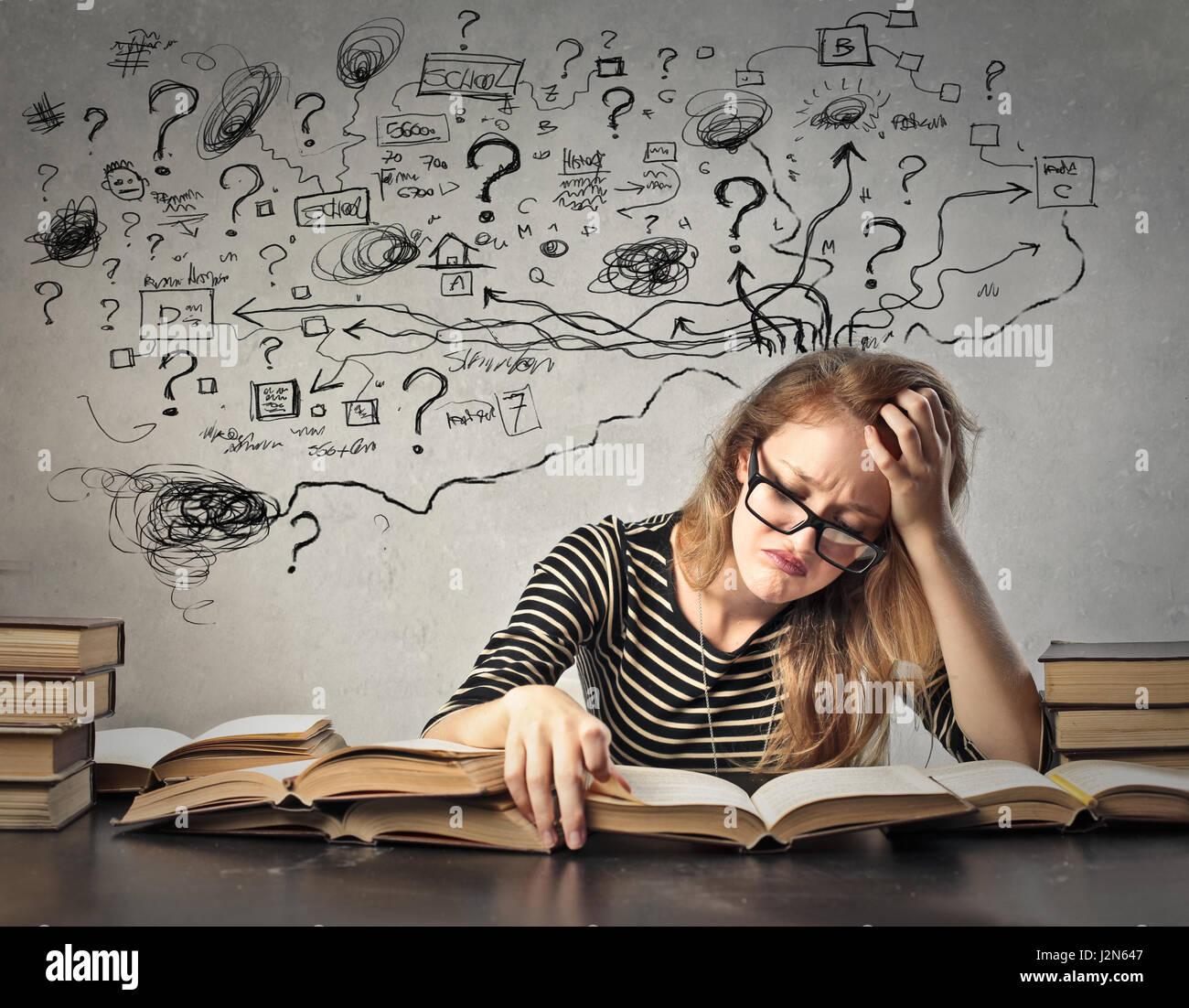 Verwirrt Frau innen studieren Stockbild