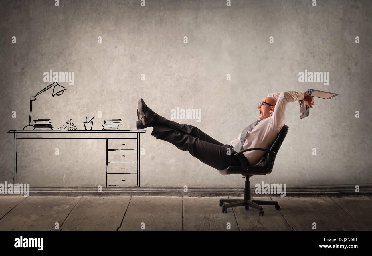 Glatze Geschäftsmann Entspannung im Büro Stockbild