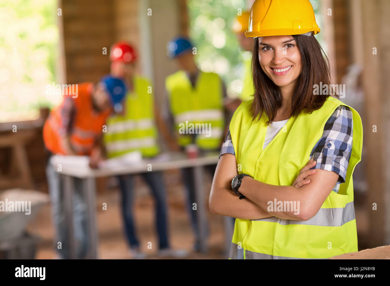 Porträt des jungen Studenten der Architektur posiert auf Baustelle Stockbild