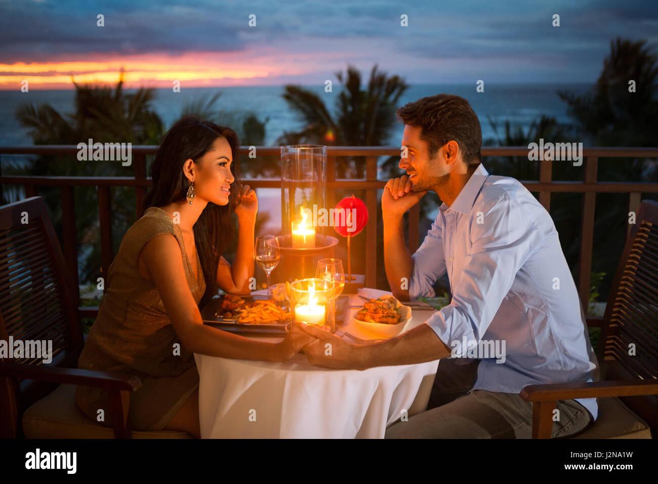 Romantisch zu zweit haben Abendessen mit Sonnenuntergang