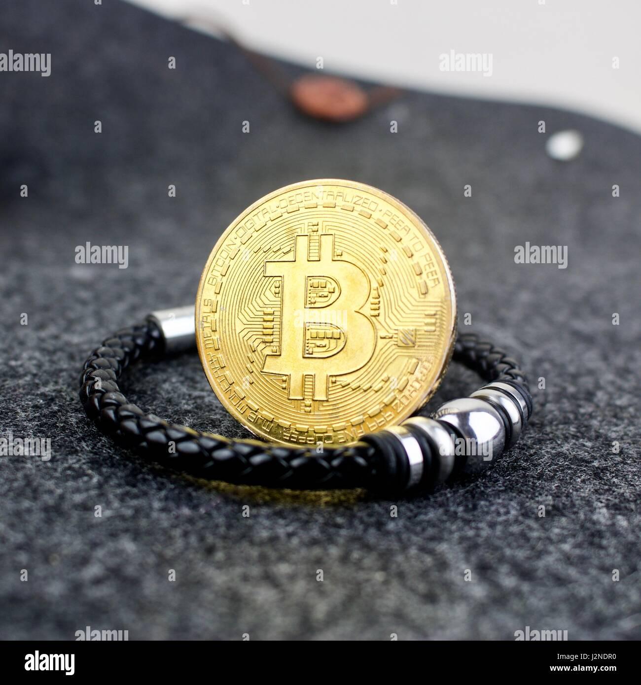Kryptowährung Gold Bitcoin Münzen Und Schwarzes Armband Mit Silber
