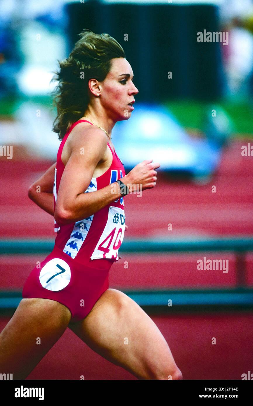 Mary Decker im Wettbewerb in der 3000m bei den 1983 Welt Track & Field Meisterschaften Stockbild