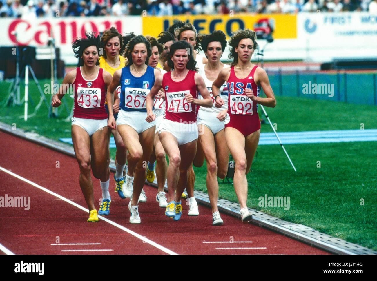 Mary Decker im Wettbewerb im 1500-Meter bei der 1983 Welt Track & Field Meisterschaften Stockbild