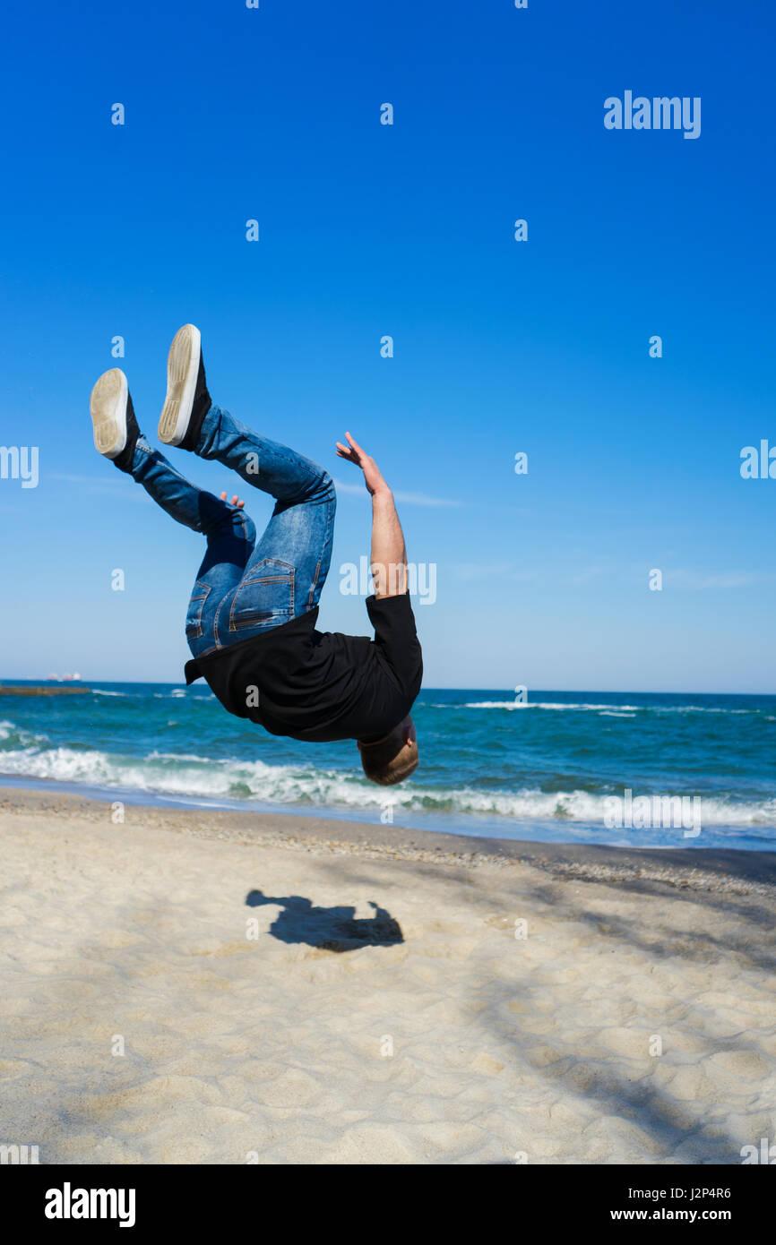 junge Parkour Mann tut Flip oder Salto Stockbild