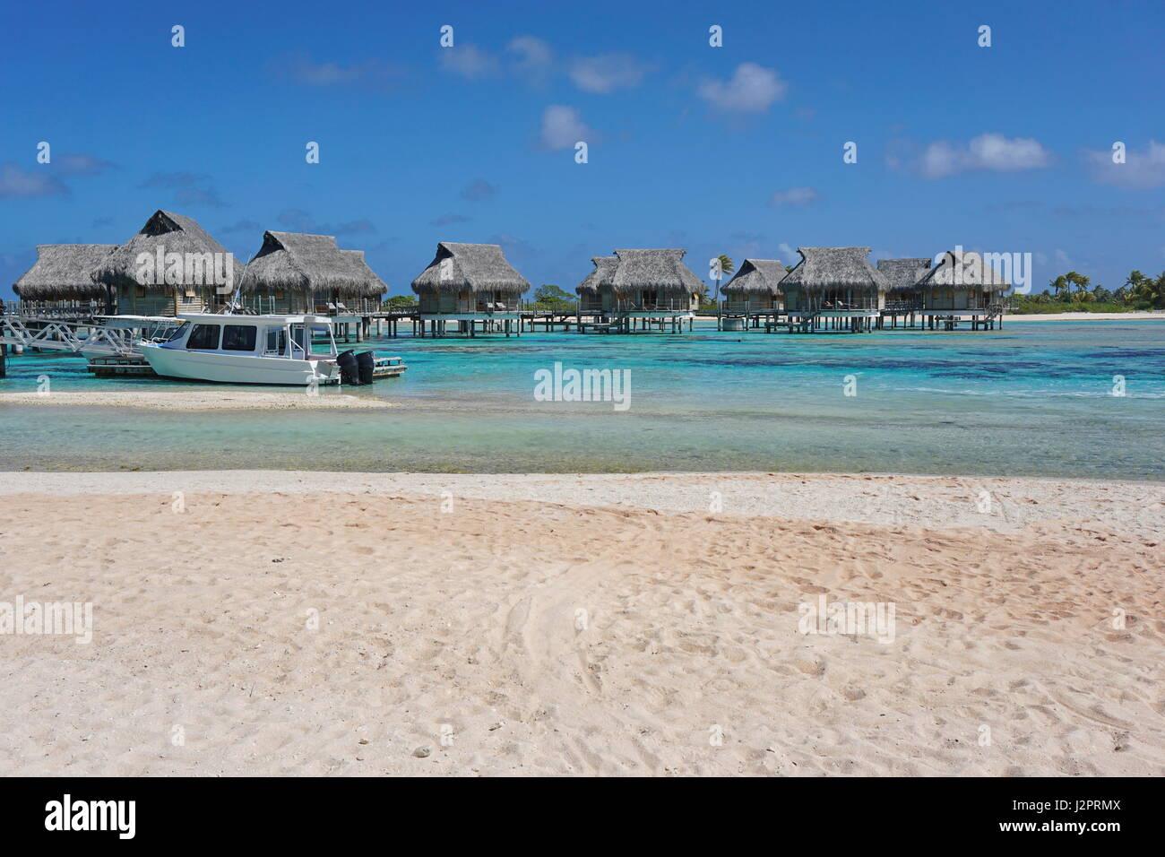 Tropischen Wasserbungalows in der Lagune von einem sandigen Strand, Atoll Tikehau, Tuamotu, Französisch-Polynesien, Stockbild