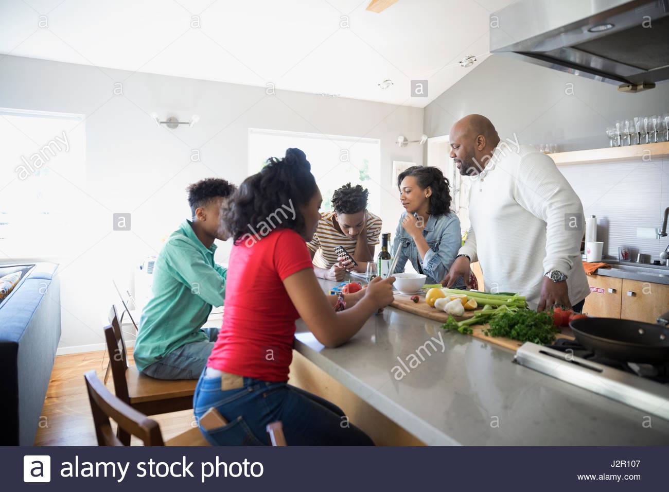Afroamerikanische Familie in Küche Stockbild