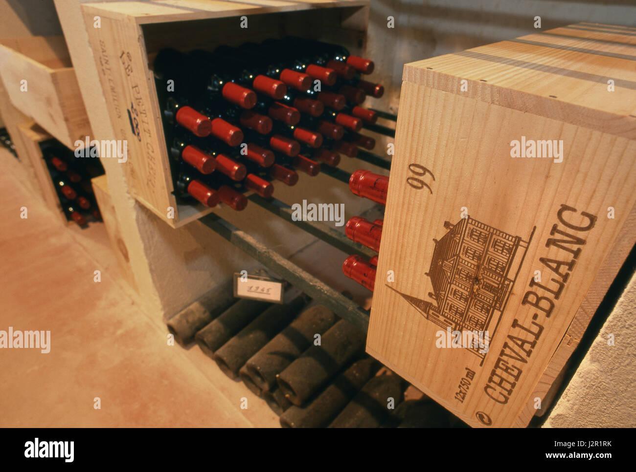 Feine Luxus sehr teuren Wein Flaschen Château Cheval Blanc, einige datiert 1945, Altern in den Schlosskeller. Stockbild
