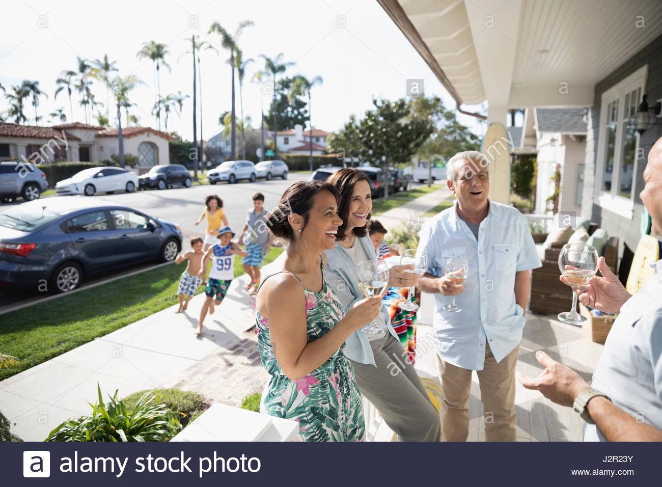 Mehr-Generationen-Familie Toasten Weißweingläser auf Sommer Strand Haus Veranda Stockfoto