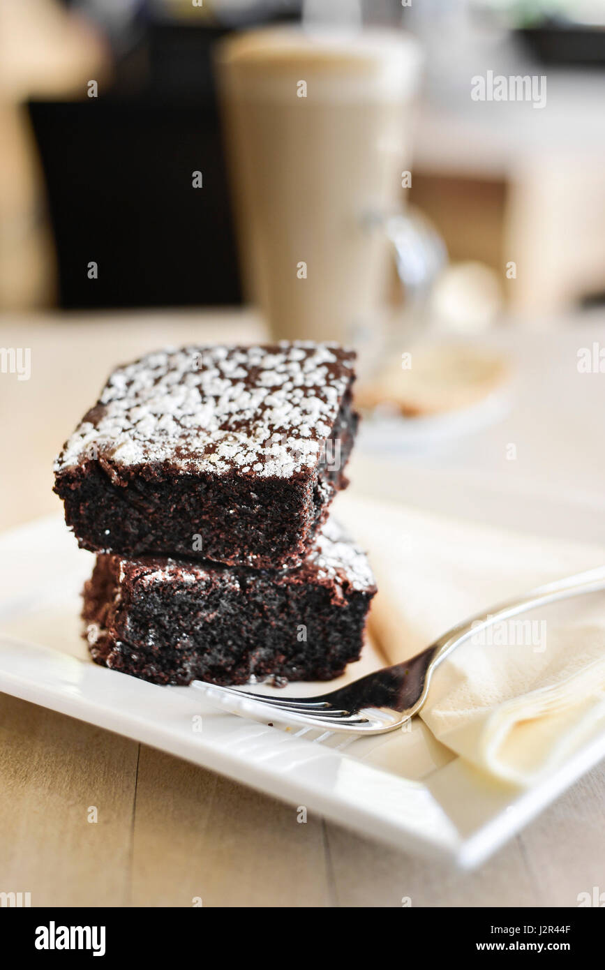 Essen zwei Chocolate Brownies Dessert Pudding süß behandeln Schokoladen-Brownies Baked Baking Gabel Teller Stockbild