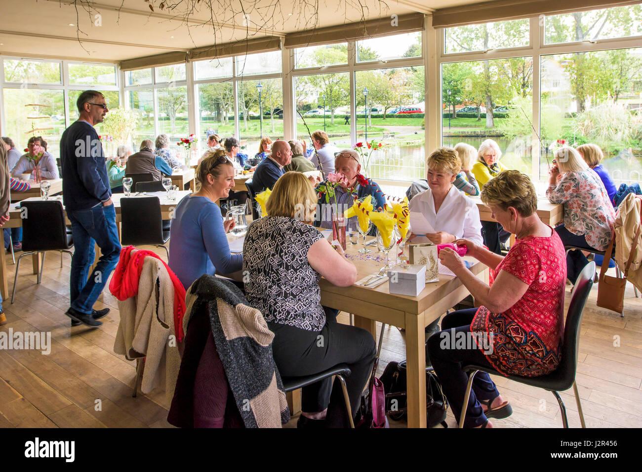 Gäste genießen eine Mahlzeit im Restaurant am Seeufer in Newquay Cornwall. Stockbild