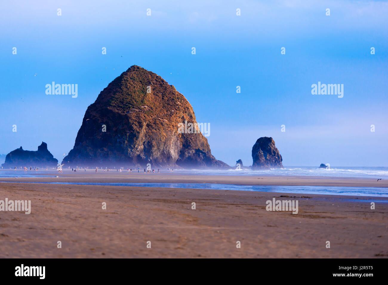 EBB. Riesige Felsen an der Küste des Pazifischen Ozeans in Oregon - ein beliebter Urlaubsort und zu Fuß Stockbild