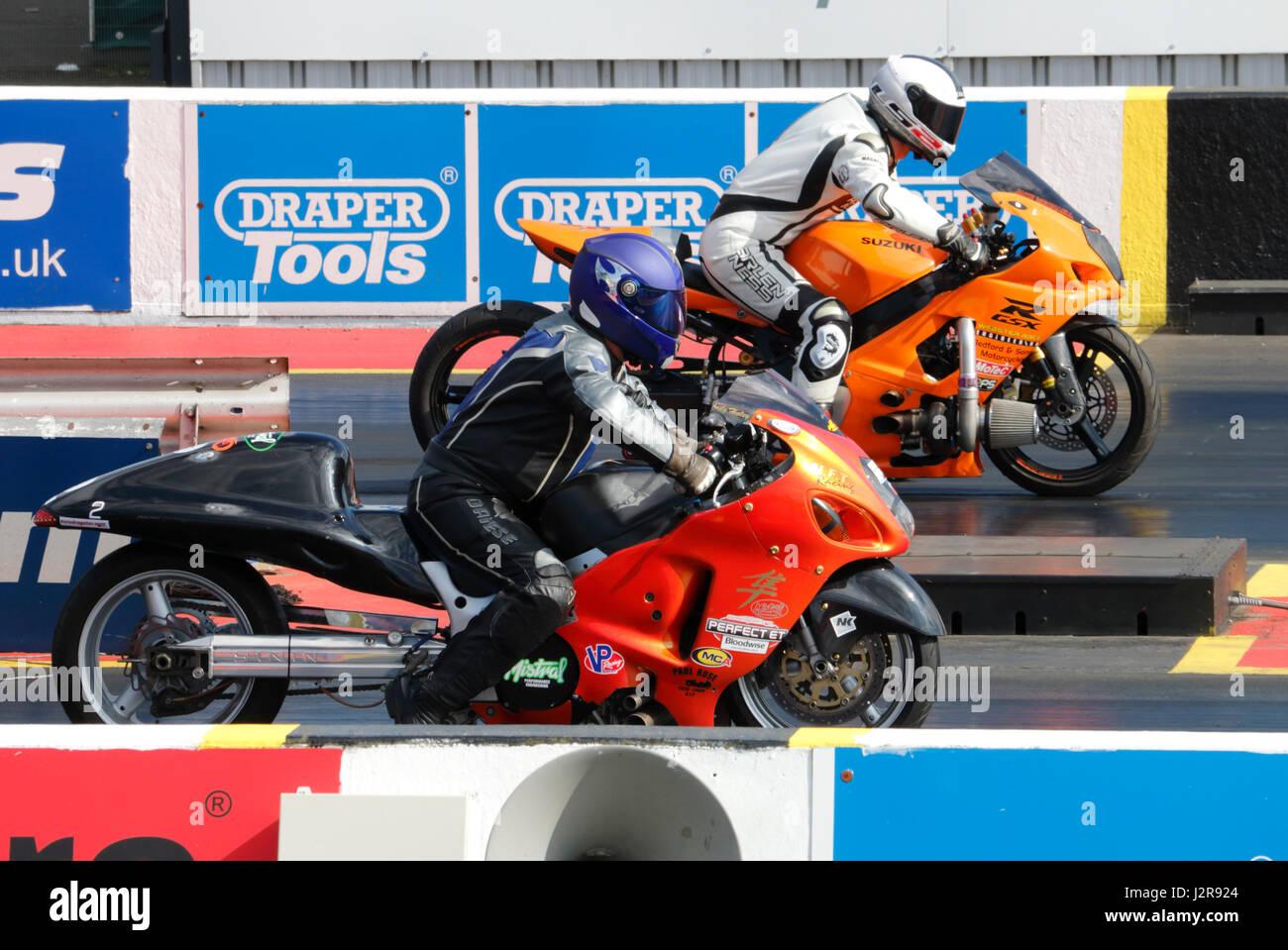 Ziehen Sie die Fahrräder auf dem Santa Pod Raceway in England Stockbild