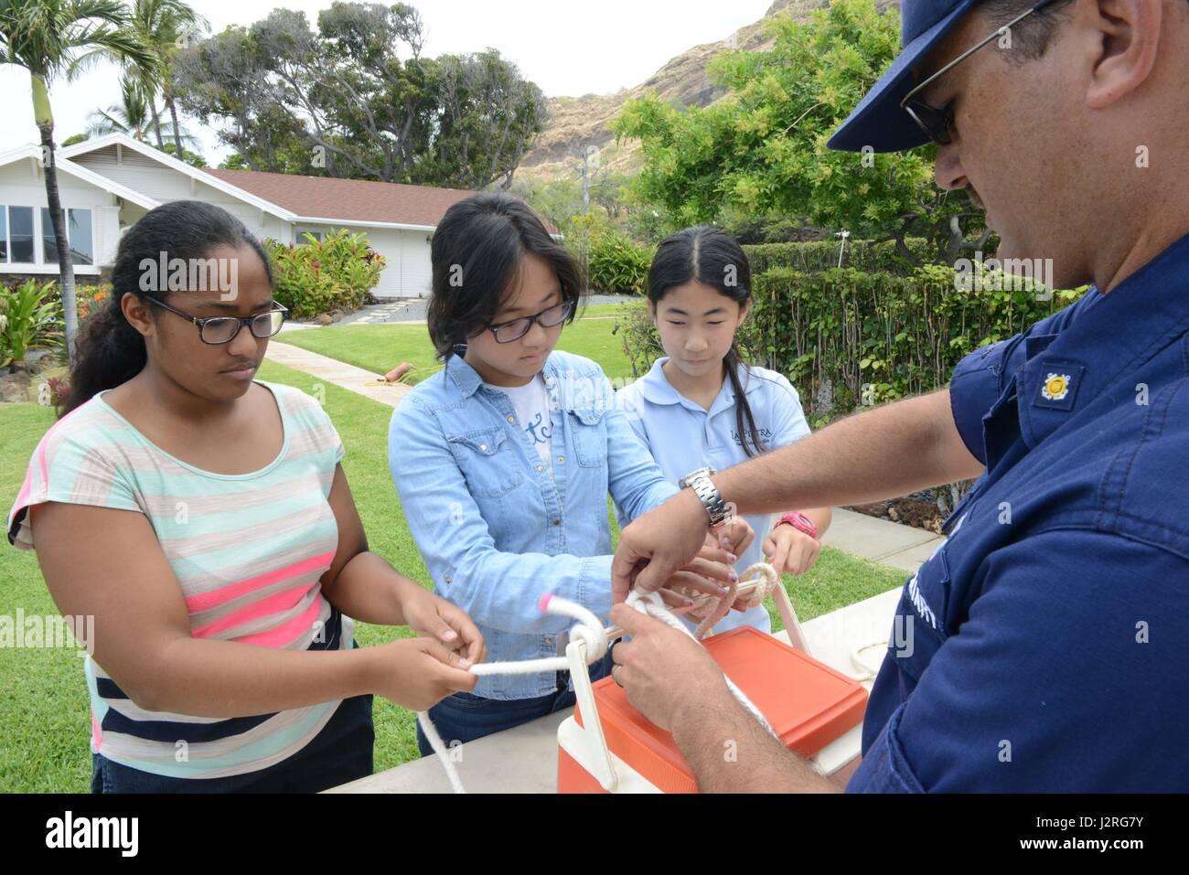 Coast Guard Auxiliarist Adam Lipka, zeigt Studenten aus La Pietra ...