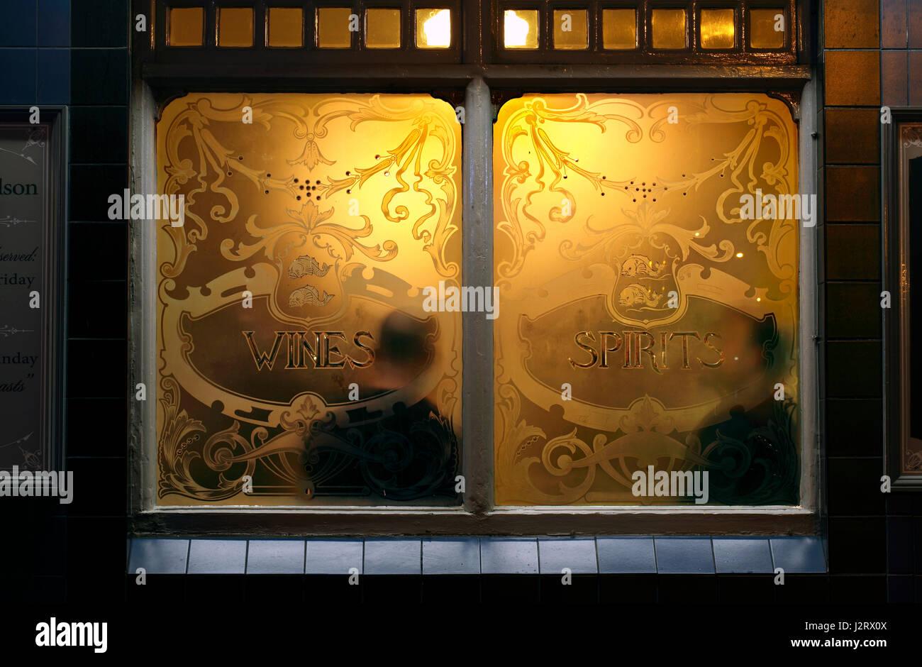 Die warme, gemütliche Atmosphäre eines englischen Pub - wie von der Straße aus gesehen. Stockbild