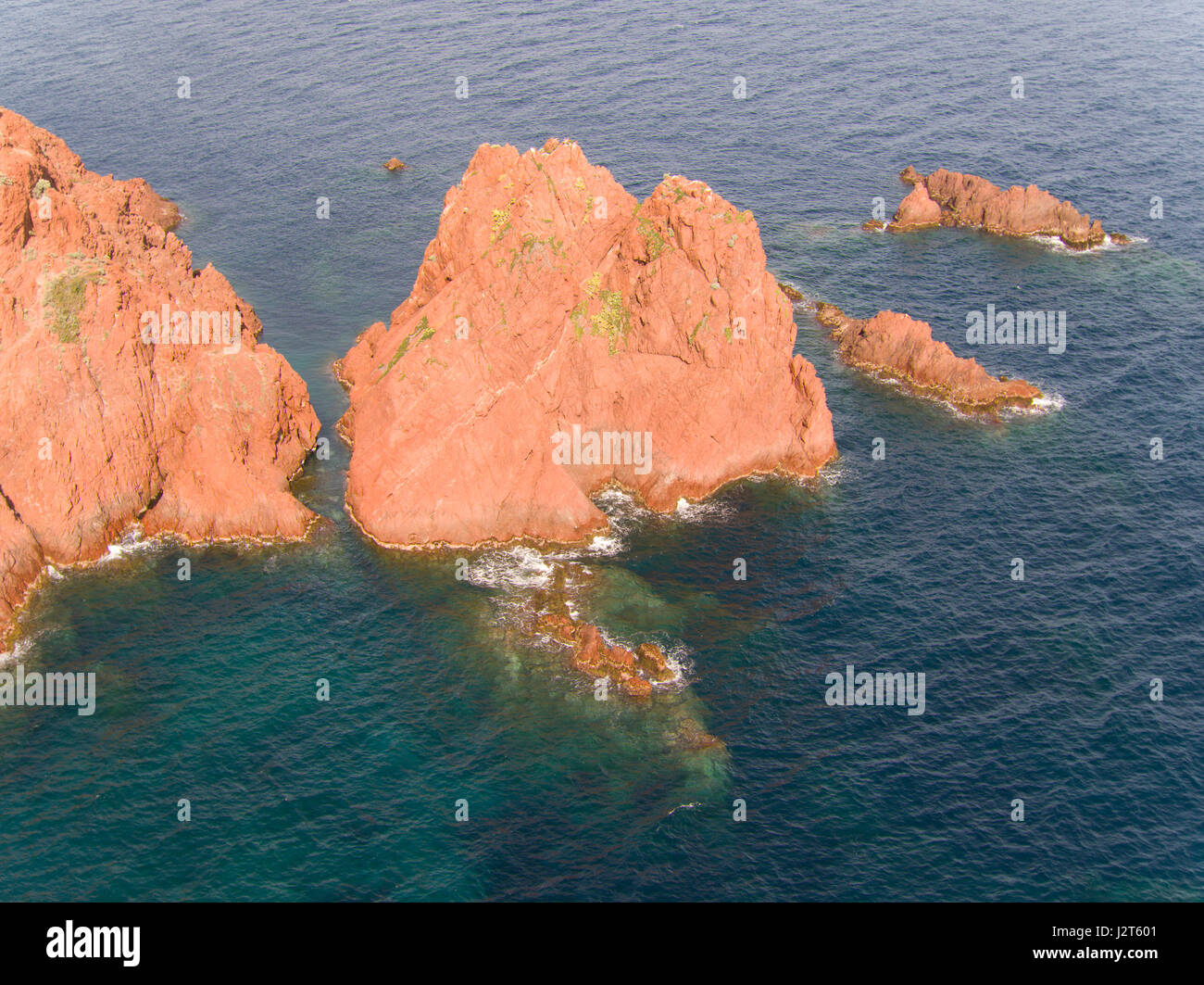 Meer STACK OFF THE COAST von THE ESTEREL massiv (Luftbild). Cap du Dramont, Saint-Raphaël, Var, Côte d Stockbild