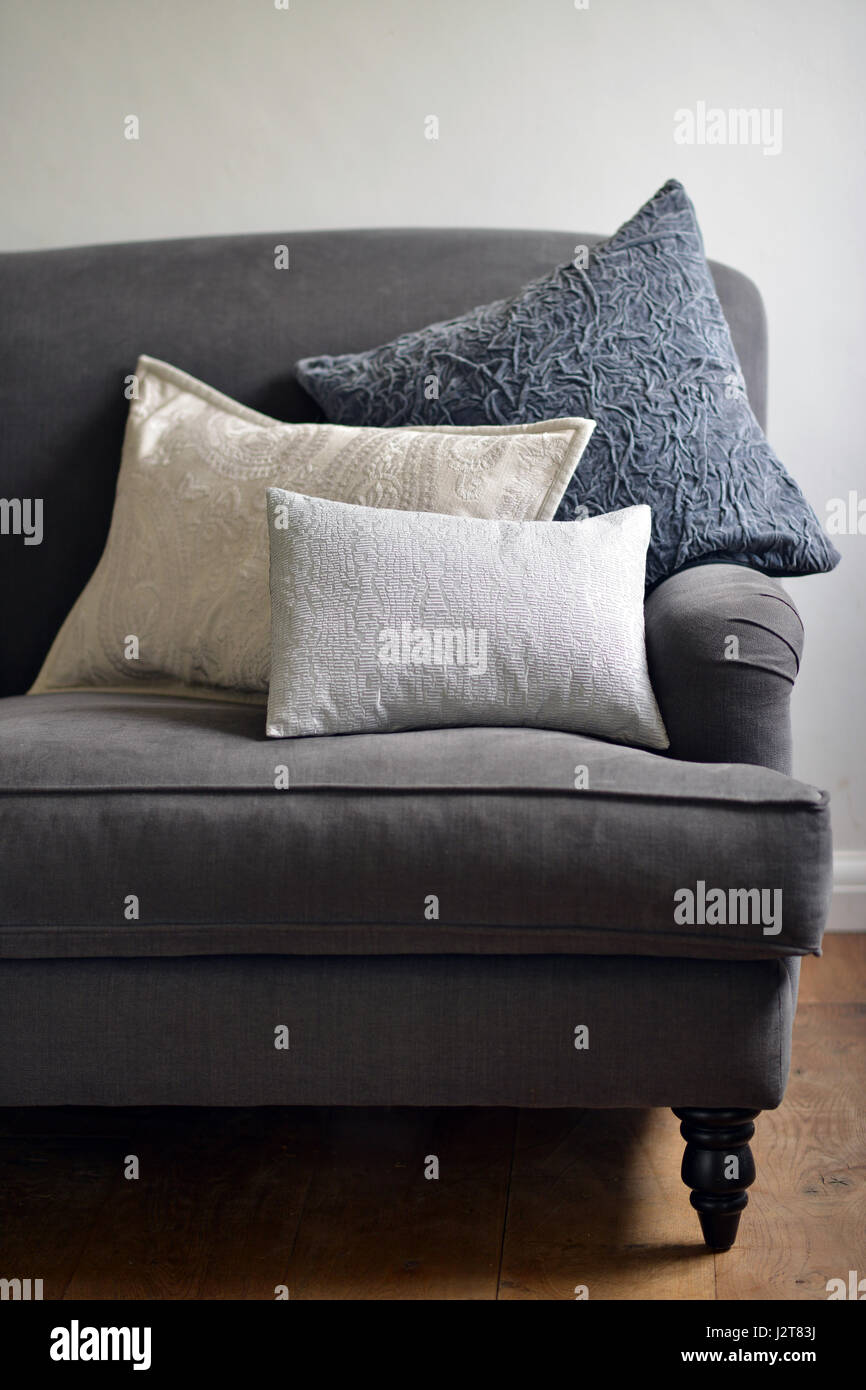 Strukturierte Kissen auf der couch Stockbild