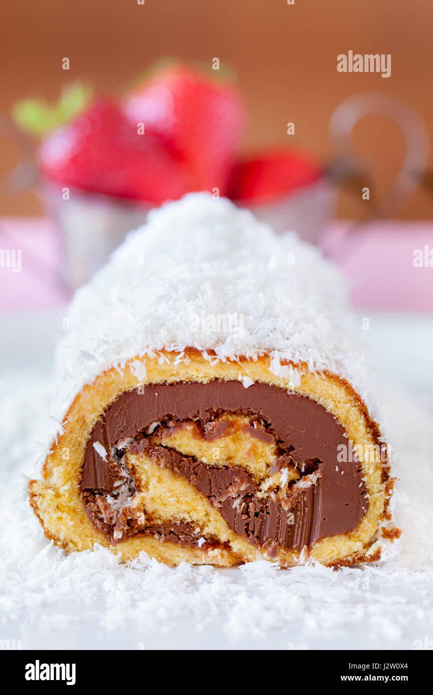 Schoko Kokos Kuchen Rollen Gespreizt Mit Kokosmehl Mit Erdbeeren Im