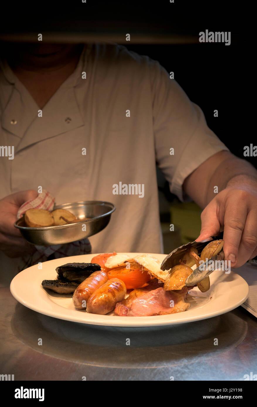 Restaurant Koch Lebensmittelzubereitung Full English Breakfast Fry gekochtes Frühstück Küche gegrillt Stockbild