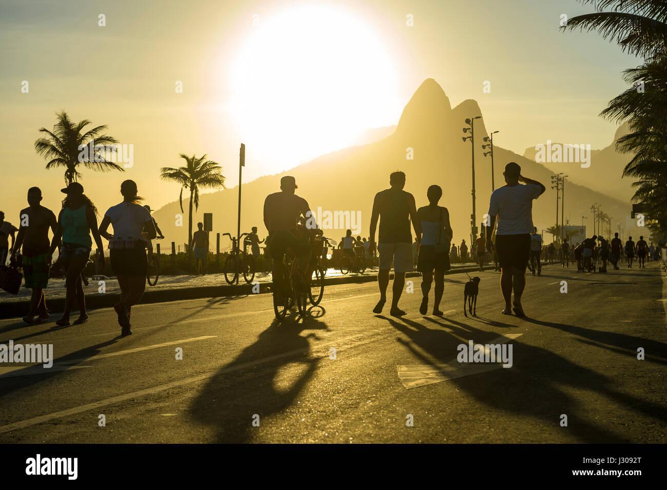 RIO DE JANEIRO - 12. Februar 2017: Silhouetten der Brasilianer schlendern Sie entlang der Strandpromenade Avenida Stockbild