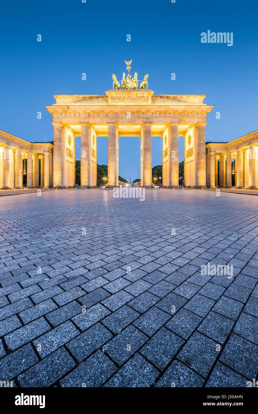 Historischen Brandenburger Tor, Deutschlands berühmteste Wahrzeichen und ein nationales Symbol, in post Sonnenuntergang Stockbild