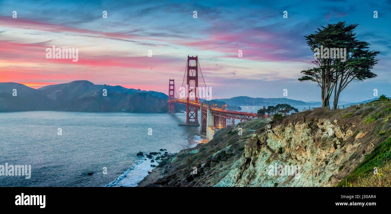Klassische Panoramablick auf der berühmten Golden Gate Bridge gesehen vom malerischen Baker Beach in schönen Stockbild