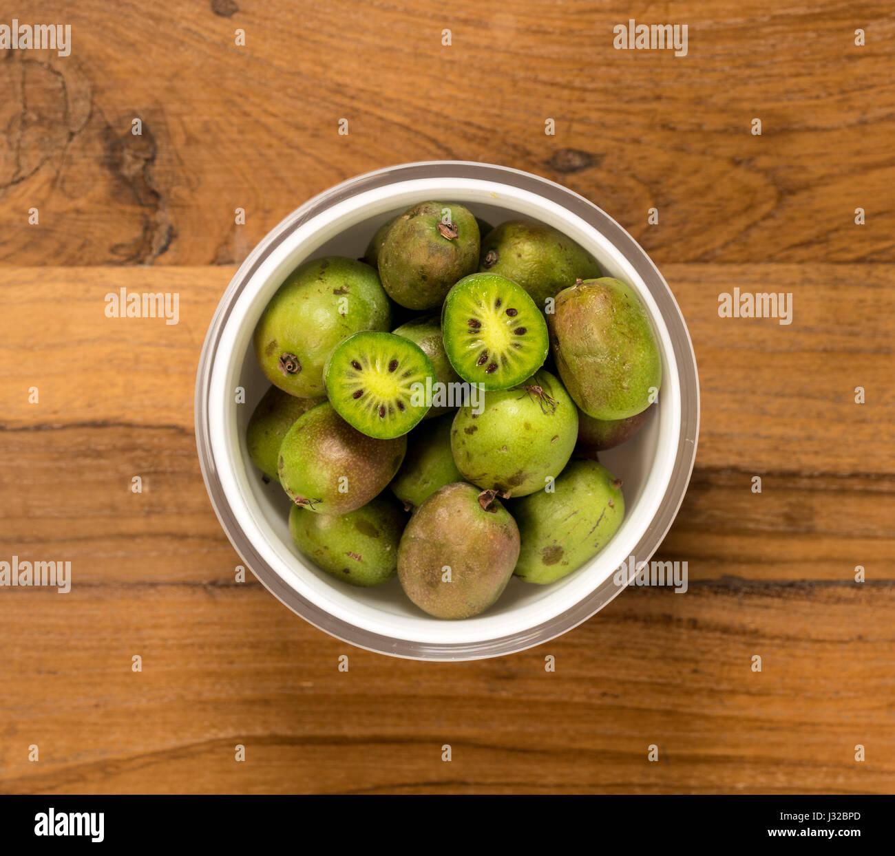 Kiwi auf einen hölzernen Tisch Stockbild