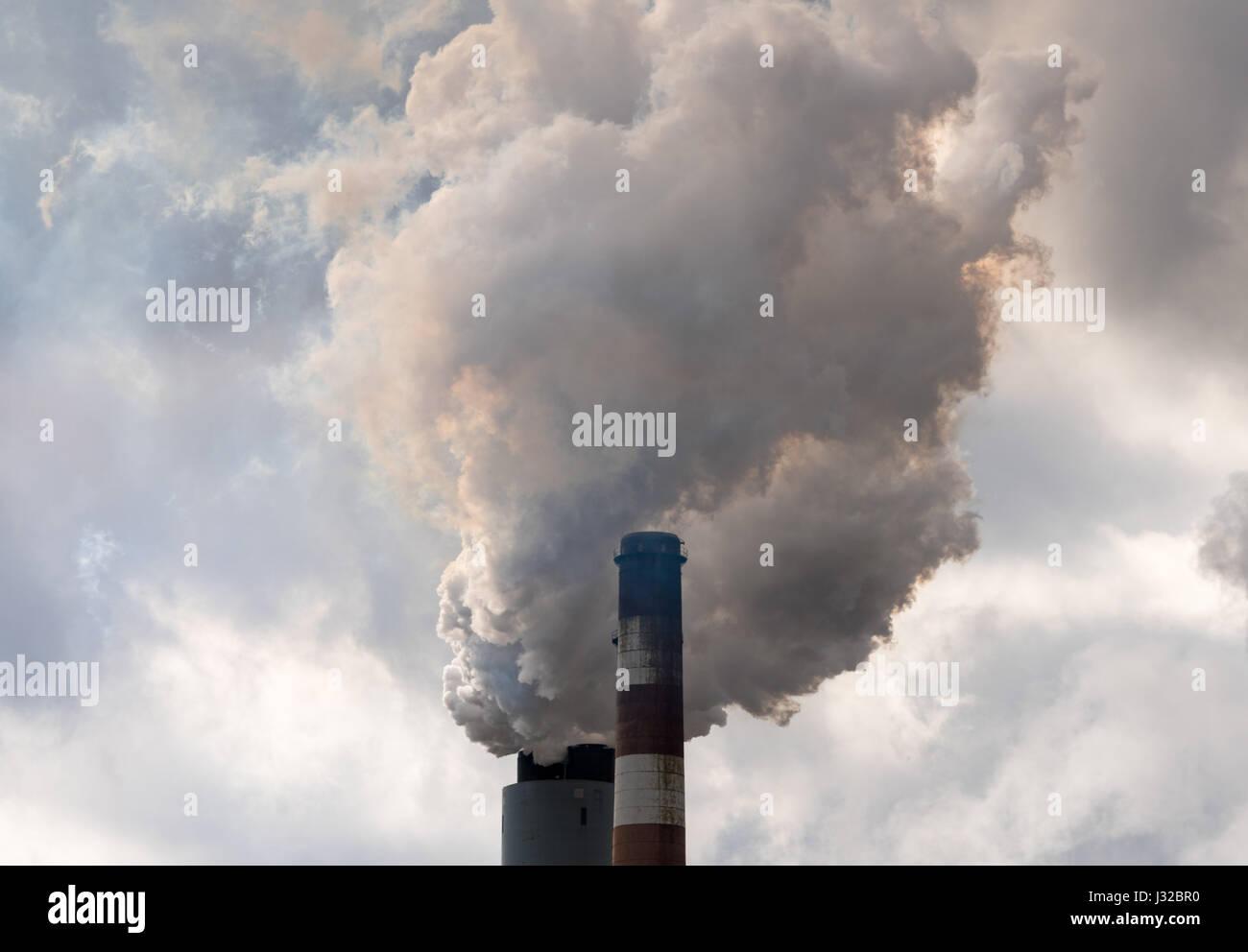 Rauchen und Luftverschmutzung aus dem Schornstein eines Amerikanischen industiral Kohle Kohlekraftwerk, USA Stockbild