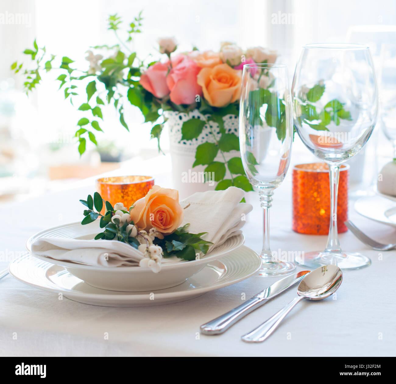Elegante Festliche Tischdekoration Mit Bunten Blumen Besteck