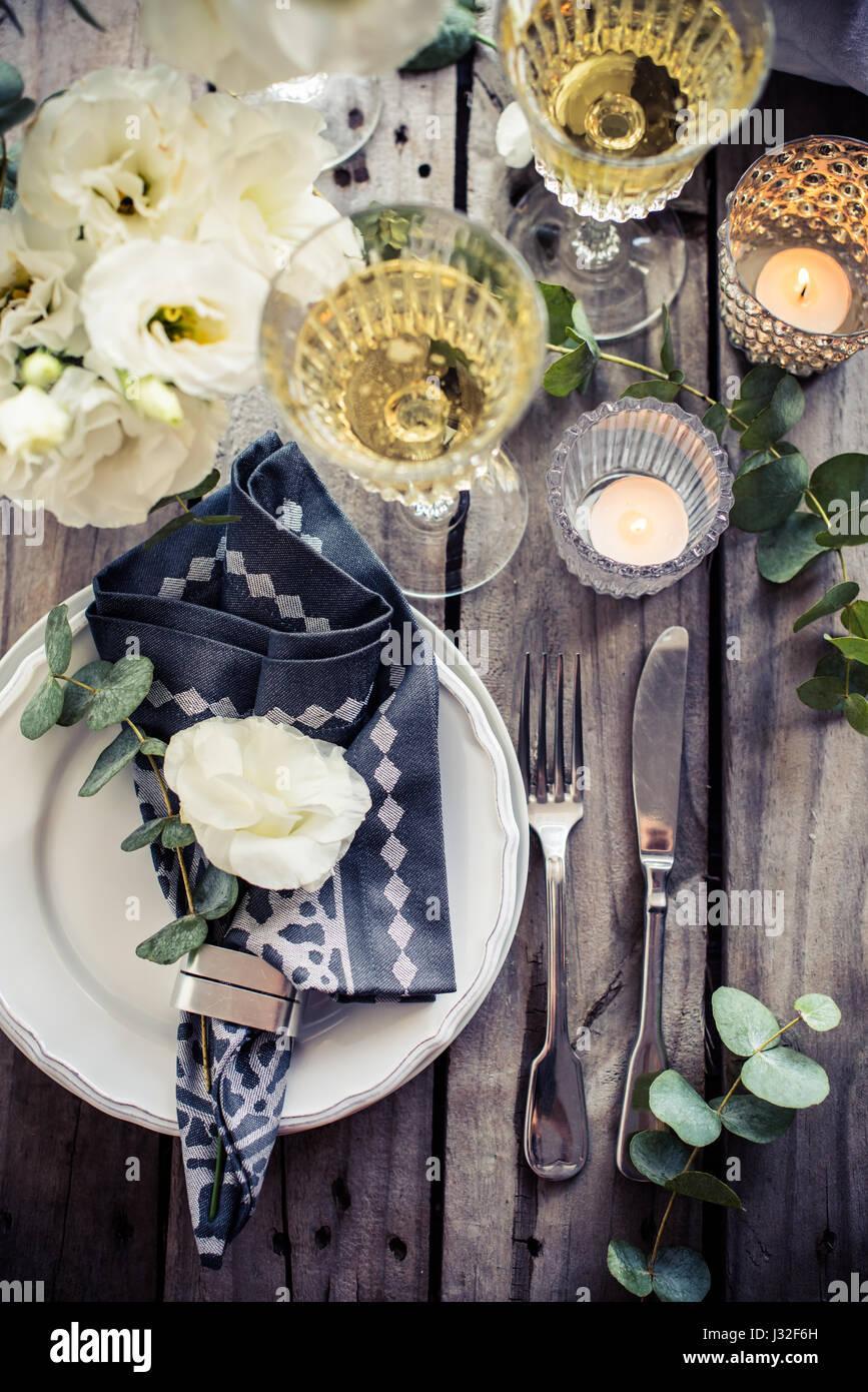 Tischdekoration Mit Weissen Blumen Kerzen Und Glaser Champagner Auf