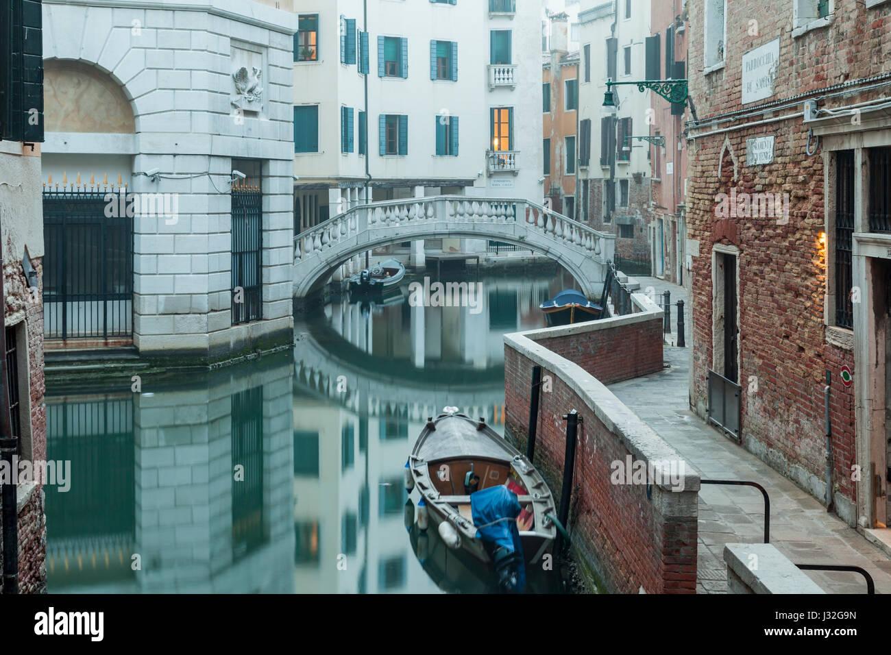 Nebligen Morgen in San Marco Viertel von Venedig. Stockbild