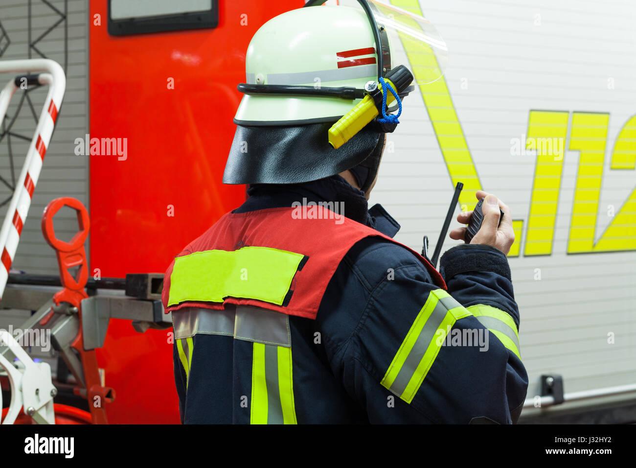 Deutsche Feuerwehr-Führer in einer Feuerwehr mit Walkie-Talkie Stockbild