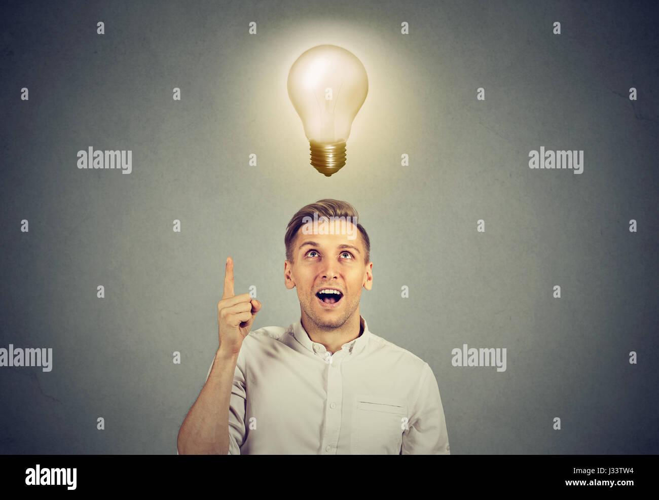 Junger Geschäftsmann mit Idee Lösung und Glühbirne über dem Kopf Stockbild