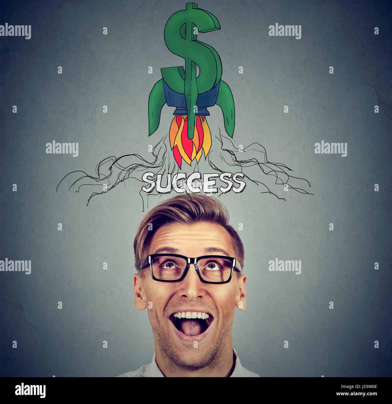 Finanziellen Erfolg Geschäftskonzept. Überrascht glücklicher junger Mann nachschlagen Stockbild
