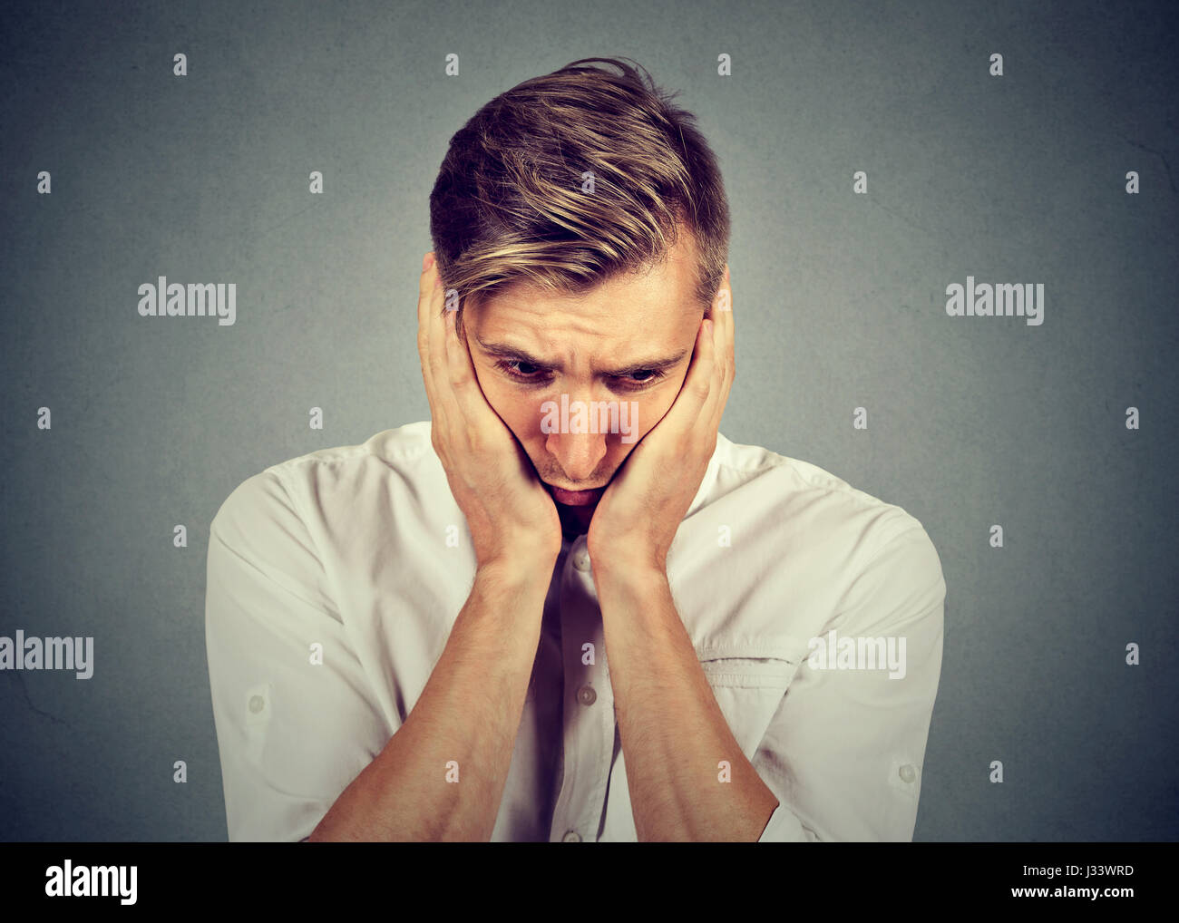 Closeup Portrait traurig schönen jungen Mann mit besorgt gestresster Gesichtsausdruck blickte Stockbild