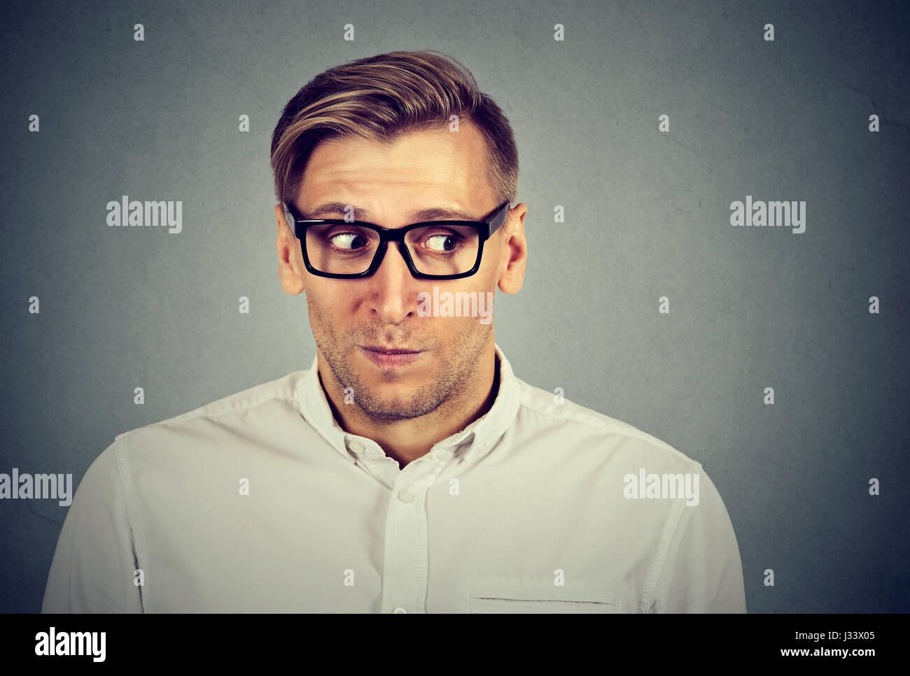 Beschäftigt besorgt Man unangenehme, peinliche Situation isoliert auf grauem Hintergrund. Negative Emotionen Stockbild