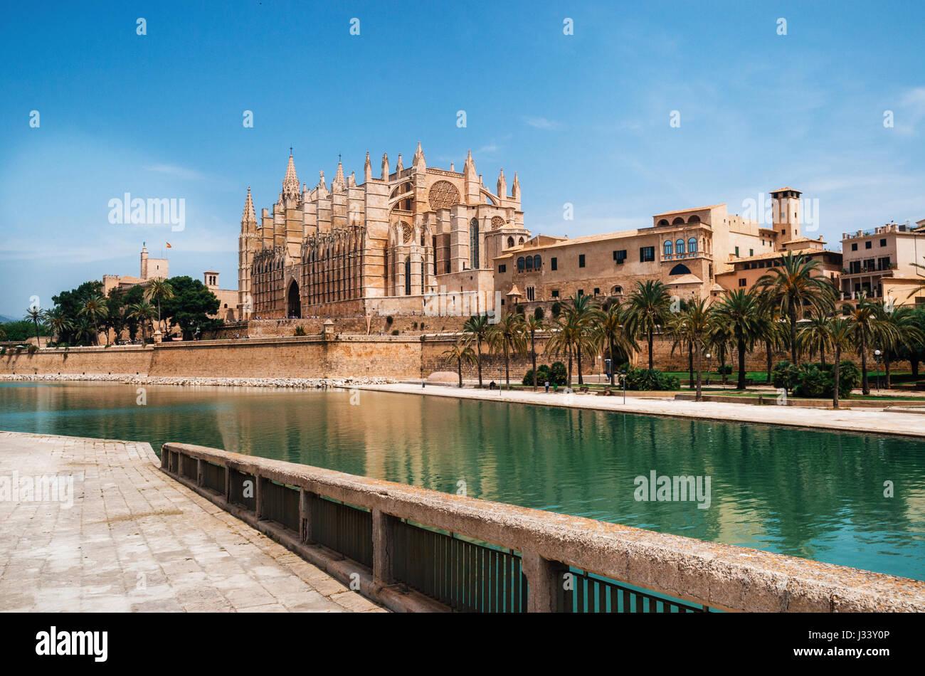 Park De La Mar gegen La Seu, die mittelalterliche gotische Kathedrale von Palma De Mallorca, Spanien. Die Kathedrale Stockbild