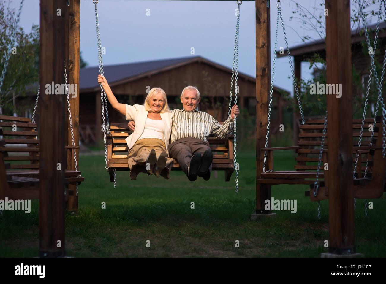 Porch swing couple stockfotos porch swing couple bilder - Veranda schaukel ...